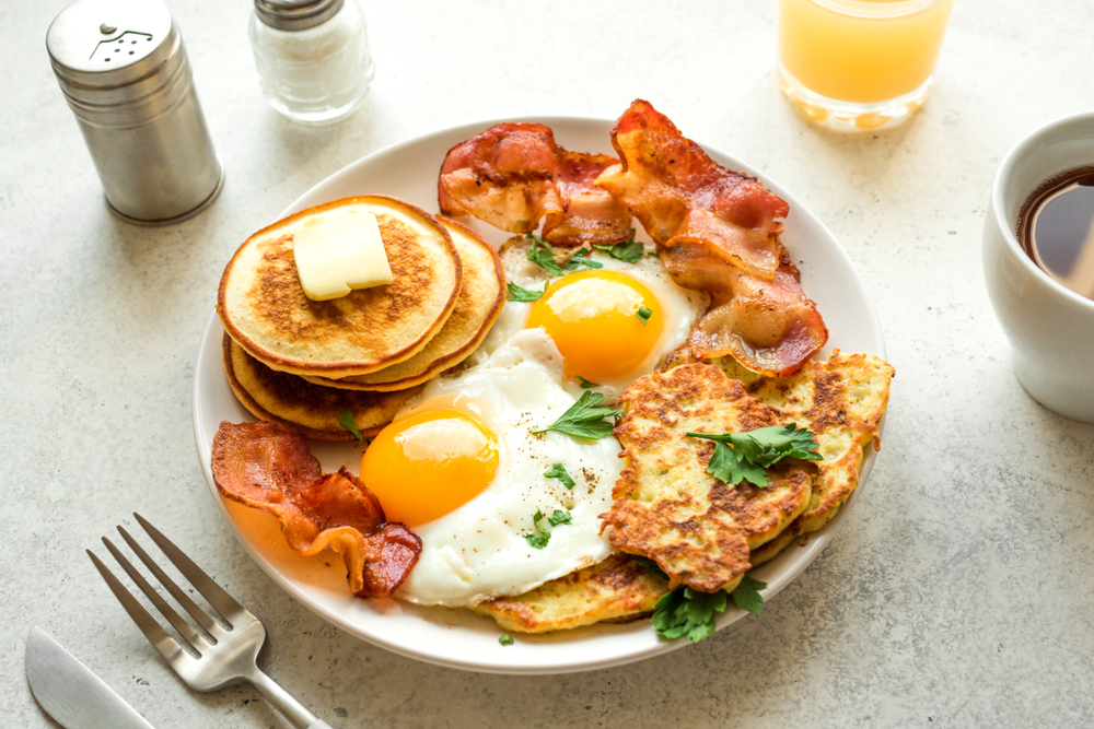 A full American breakfast on a plate in an article about breakfast in Cleveland